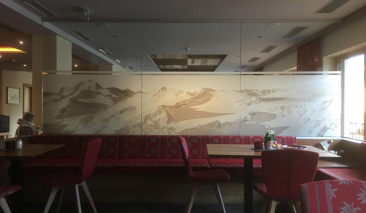 Innenwände – Glas Digitaldruck Bergmotiv Sandstrahlfolie