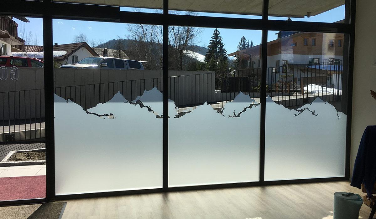 Fensterbeklebung Bergmotiv Sandstrahlfolie